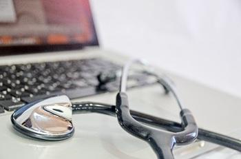 ブログ記事トップ画像_パソコンと聴診器