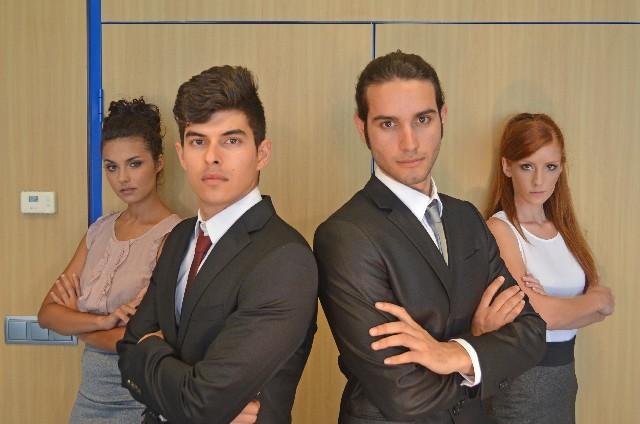 ブログ記事画像_どや顔のビジネスマンたち