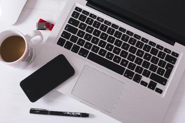 ブログ記事画像_パソコンとコーヒーカップ