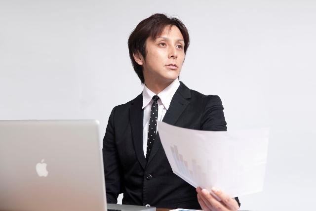 ブログ記事画像_書類を渡すビジネスマン
