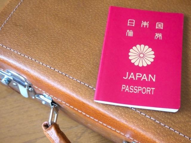 ブログ記事_トップ画像_旅行かばんとパスポート