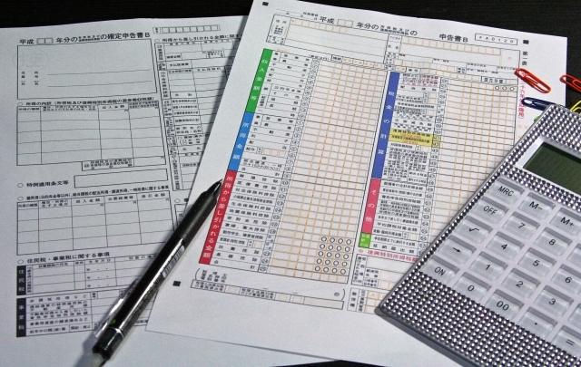 ブログ記事_トップ画像_確定申告書と電卓