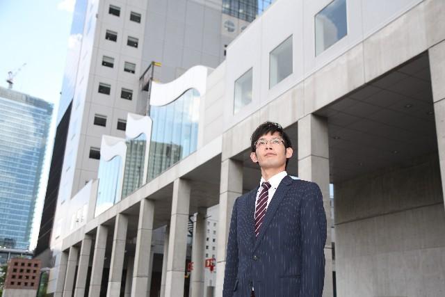 ブログ記事_トップ画像_見上げるサラリーマン