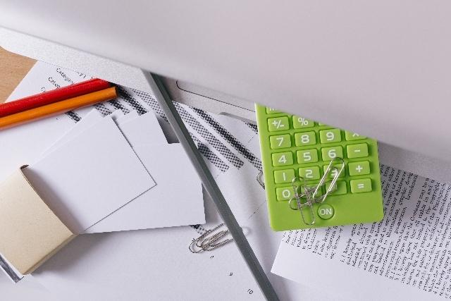 ブログ記事_トップ画像_電卓と書類