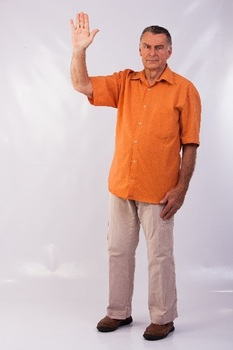 手を上げる老人