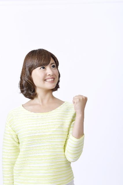 拳を握り見上げる女性