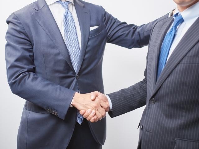 握手する上司と部下