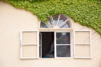 ブログ記事_トップ画像_アパートの窓