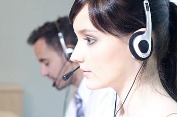 ブログ記事画像_オペレーターのパソコン画面を見ている横顔