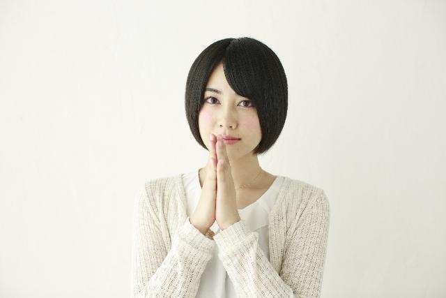 ブログ記事画像_一点を見つめ手を合わせる女性.jpg