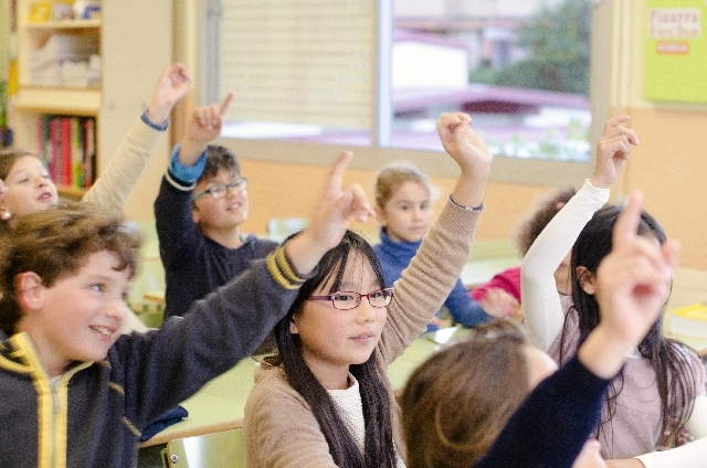 ブログ記事画像_子供たちの挙手