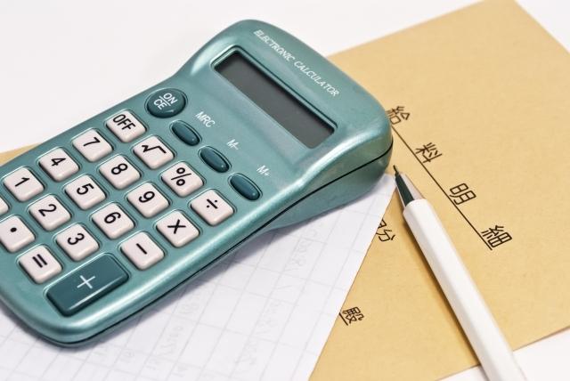 ブログ記事画像_給料袋と電卓