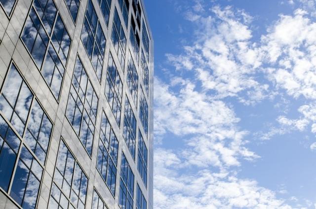 ブログ記事_トップ画像_ビルと雲