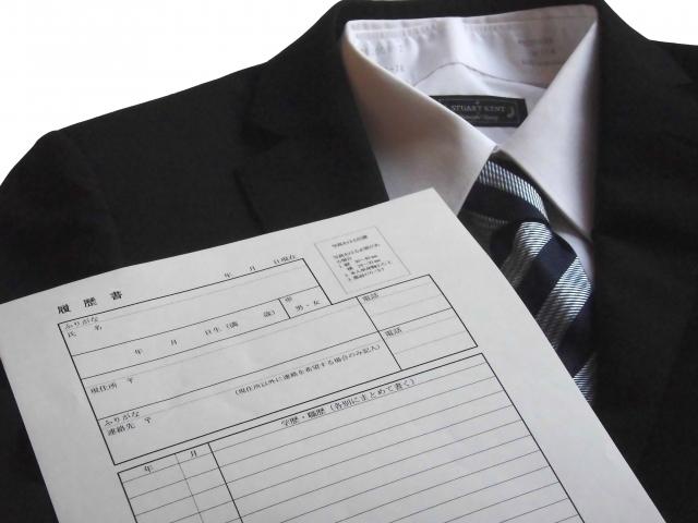 ブログ記事_トップ画像_リクルートスーツと履歴書