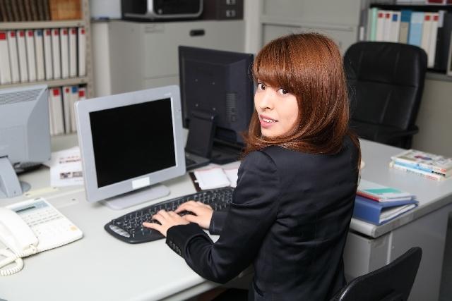 ブログ記事_トップ画像_事務員とパソコン