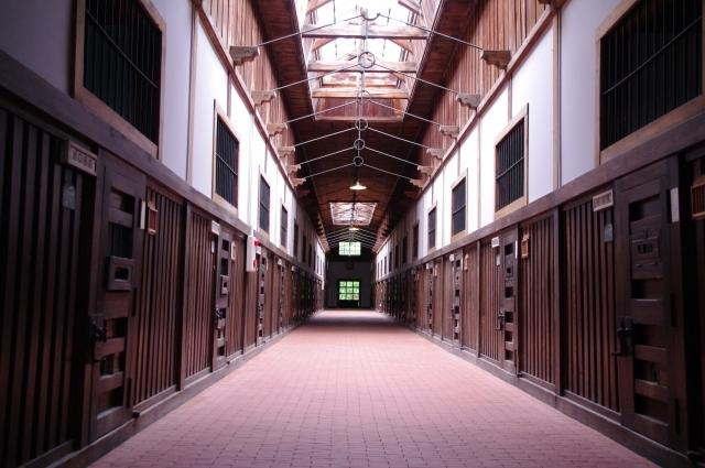 ブログ記事_トップ画像_刑務所の廊下