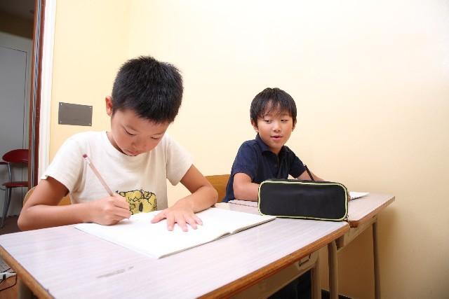 作文を書く子供