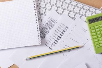書類とパソコン