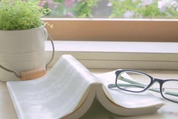 窓辺の文庫本とメガネ
