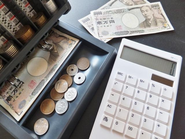 ブログ記事_トップ画像_電卓とお金